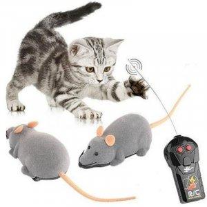 עכבר צעצוע על שלט רחוק
