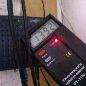 מכשיר למדידת קרינה עם צג LCD